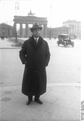 Prof. Max Reinhardt, künstlerischer Leiter der Staats-Theater! Prof. Max Reinhardt, der bekannte Theater-Regisseur wird noch in dieser Spielzeit mehrere Inzenierungen in der Oper Unter den Linden und im Schauspielhaus übernehmen.